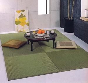 la parte que cubre a las esteras tatami est hecha de una fibra llamada igusa junco es decir se cubre con una especie de alfombra hechas con igusa