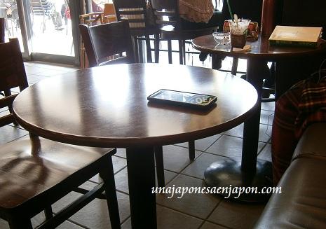 japon-movil sobre la mesa-cafeteria