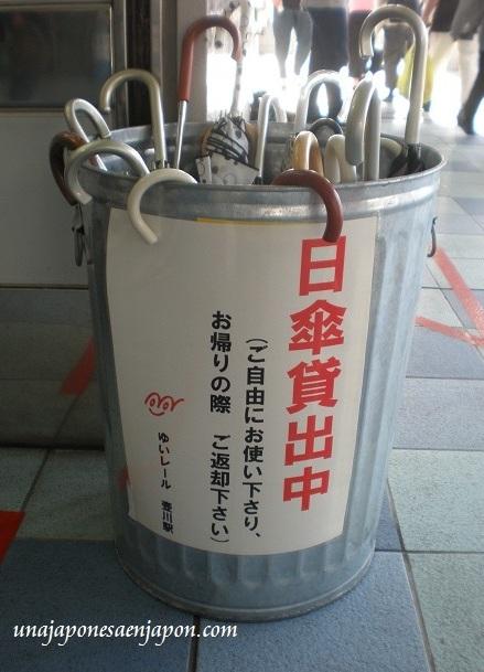paraguas para el sol estacion monorriel okinawa japon
