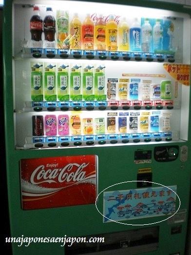 billetes dos mil yenes maquina de bebidas okinawa japon