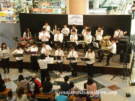 mini concierto estudiantes secundaria okinawa japon