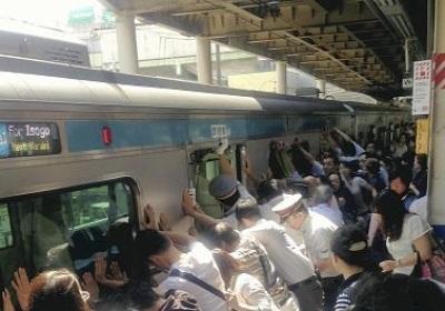 pasajeros salvan a una mujer atrapada entre el tren y el anden japon 1