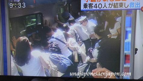 pasajeros salvan a una mujer atrapada entre el tren y el anden japon 4