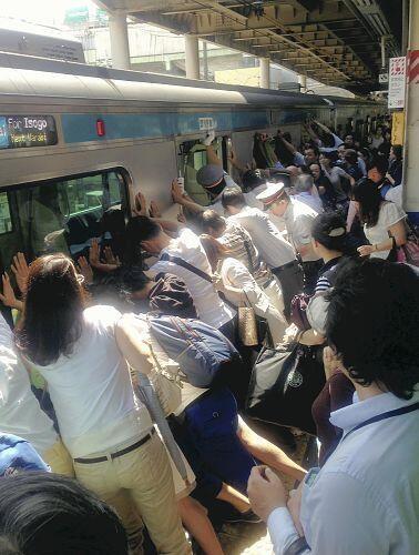 pasajeros salvan a una mujer atrapada entre el tren y el anden japon