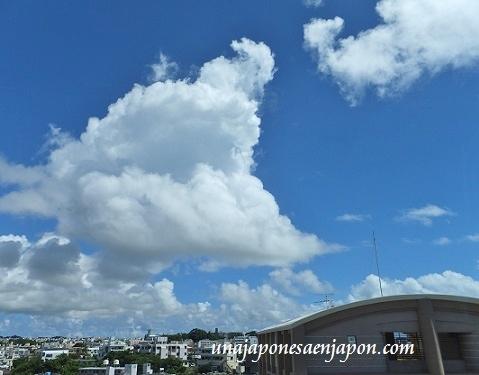 nubes de verano naha okinawa japon