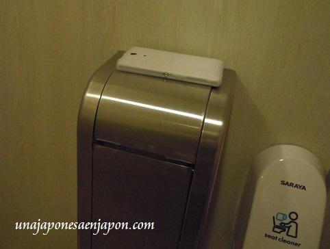 smartphone celular olvidado en un baño okinawa japon 1