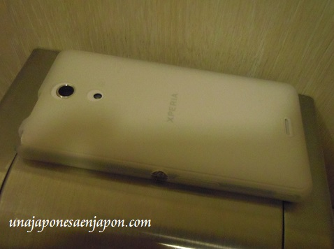 smartphone celular olvidado en un baño okinawa japon