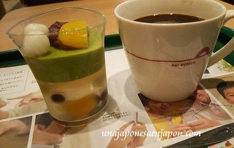 mos-burger-postre-gelatina-de-ciruela-y-mousse-de-matcha-con-legumbres-castaña-edicion-limitada-japon