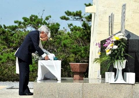 visita emperadores de japon a okinawa tsushima maru parque de la paz ofrenda floral