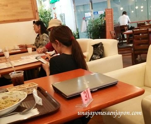 camarera-agachandose-restaurante-okinawa-japon