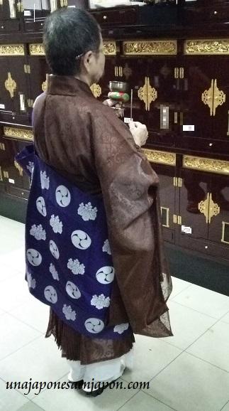 obon-dia-de-los-muertos-en-japon-sacerdotisa-templo-okinawa