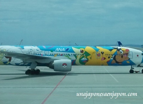 avion-pokemon-aeropuerto-naha-okinawa-japon