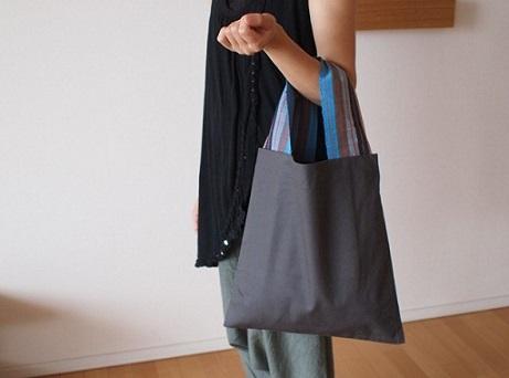 llevar el bolso con la palma de la mano hacia arriba japon