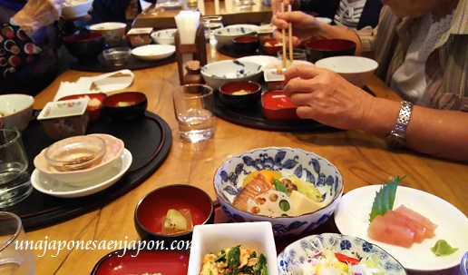 compartir-mesa-okinawa-japon