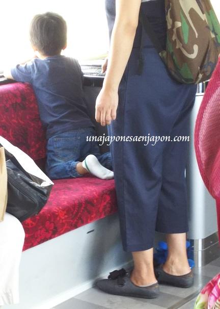 Los  niños y los zapatos en los asientos de trenes en Japón – ?????????